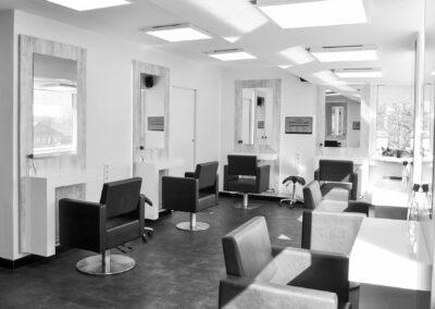Friseursalon, Frisiertische, Frisierstühle, Spiegel, französische Bulldogge, schwarzweiß, modernes Ambiente, Hochglanz