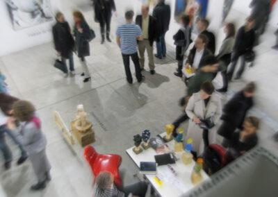 Blick auf einen Ausstellungsraum der Art Fair Messe in Köln aus der Vogelperspektive, im Raum stehen mehrere Messebesucher