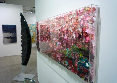 Schräger Blick auf ein pink-buntes Exponat der Art Fair Messe in Köln