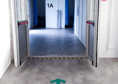 Flügeltür führt in den Innenbereich zu den Impfkabinen