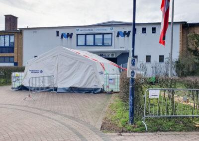 Vor dem Eingang des Impfzentrums steht ein großes Zelt vom THW