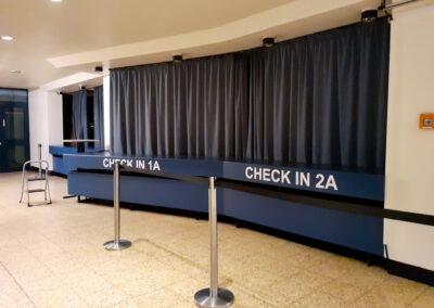 Die Garderobe dient als Check-in Bereich und ist mit Vorhängen verdeckt. Wegeleitsystem