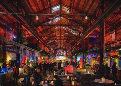 Weihnachtsmarkt in der Zeche Lohberg, Verkaufsstände, Essensstände, Tische mit Teelichter für Besucher, bunte Scheinwerferbeleuchtung, Lichttechnik