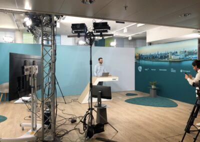 Kulisse für die ZPEV20 im Spielbudenplatz, virtuelle Messe, Raumbau aus OCTAwall Standard Messesystem mit DEKOTEX Blockout Grafiken, Ausstattung: Rednerpult, Interviewsituation, Kameratechnik