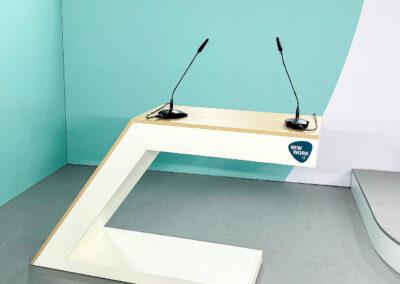 Kulissenbau, Rednerpult, Stehtisch, Mikrofon, blau,weißer Hintergrund, modernes Design
