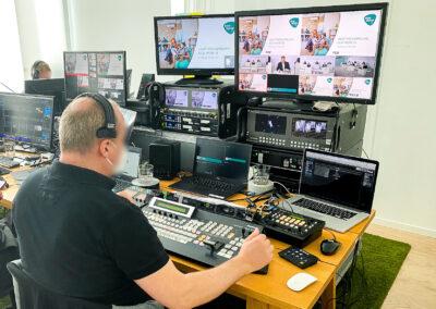 Büro, Monitore, Mischpult, Computer, Live-Streaming, Laptops, Digital, Steuerung über Mitarbeiter, Lautsprecherboxen