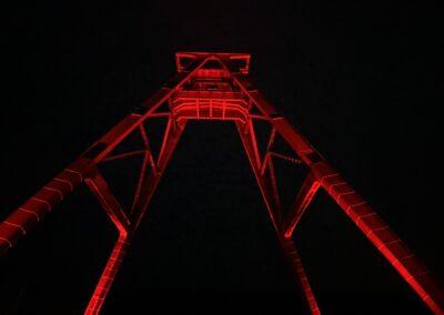 "Zeche Lohberg Förderturm, Zechenwerkstatt, Aktion ""Night of Light"", Corona Pandemie, wir setzen ein Zeichen, rotes Licht, Förderturm erstrahlt in knallrot"
