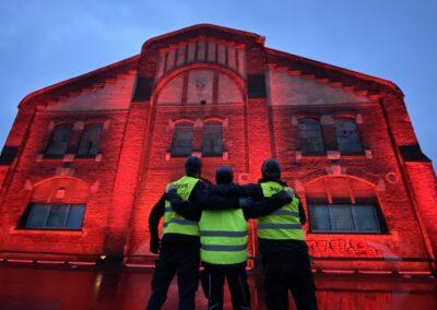 """Zeche Lohberg Förderturm, Zechenwerkstatt, Aktion """"Night of Light"""", Corona Pandemie, wir setzen ein Zeichen, rotes Licht, Förderturm erstrahlt in knallrot, Setcon-Team"""