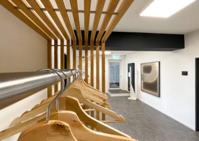 Garderobe aus Echtholz-Holzleisten in Eiche Optik mit Kleiderbügel aus Holz