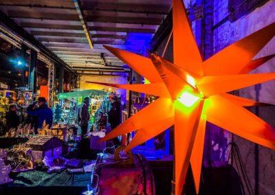 Weihnachtsmarkt in der Zeche Lohberg, Krippenstand mit beleuchtetem orangenen Stern