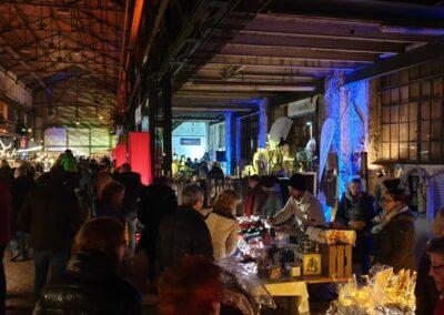 Zeche Lohberg von innen mit vielen verschiedenen Ständen, weihnachtliche Beleuchtung und vielen Besuchern