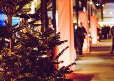 Zeche Lohberg von innen weihnachtslich beleuchtet, geschmückter Tannenbaum