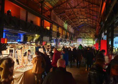 Zeche Lohberg von innen mit vielen Ständen, weihnachtlicher Beleuchtung und vielen Besuchern