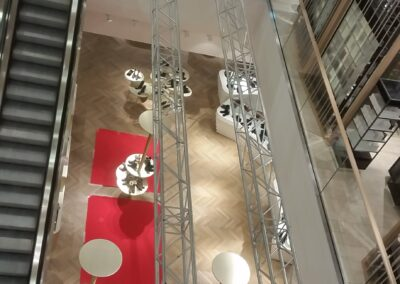 4-Punkt Traversen mit Podesten über der Galerie im Einkaufszentrum Breuninger in Düsseldorf
