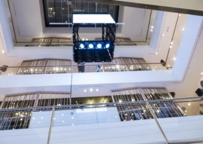 Breuninger in Düsseldorf, von der Decke abgehängter vierseitiger Monitorwürfel