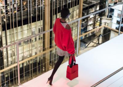 Modenschau im Kaufhaus Breuninger in Düsseldorf, Model läuft über Laufsteg