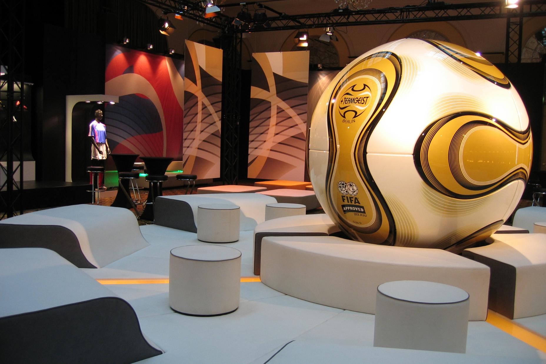 Kulisse eines Sportevents mit Sonderbauten und Möblierung