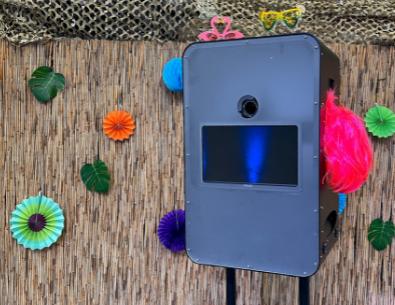 Fotobox auf Ständer, dekorierte Bambuswand als Fotowall im Hintergrund