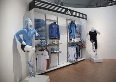 Showroom mit Exponaten der adidas Produktlinien, sportliche Schaufensterpuppen, Storedesign