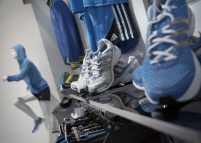 Showroom mit Exponaten der adidas Produktlinien, sportliche Schaufensterpuppe