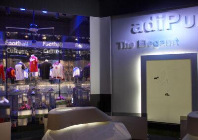 adidas Ausstellung Showroom, komplett verspiegelt mit adidas Ausstellungsstücken, davor weiße Loungemöbel, beleuchteter Rahmen, 3D Buchstaben an der Wand