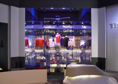adidas Ausstellung Showroom, komplett verspiegelt mit adidas Ausstellungsstücken, davor weiße Loungemöbel