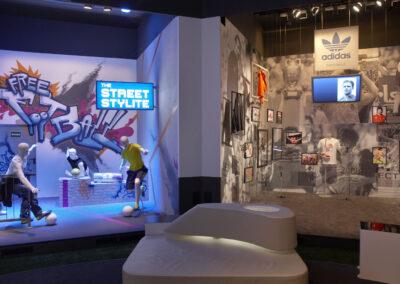 adidas Ausstellung im Showroom, zwei Stände: einer im Graffiti Streetstyle Look, einer im Store Design mit Ausstellungstücken und Bildern an den Wänden