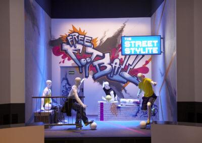 adidas Ausstellung im Showroom, Graffitiwand mit Schaufensterpuppen, Urban Streetstyle Look, Monitor an der Wand