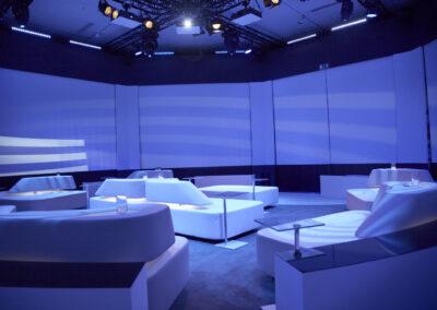 blau beleuchtete Lounge mit weißen Lederlounge Möbeln