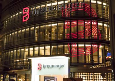 beleuchtete Außenfassade des Düsseldorfer Kaufhauses Breuninger