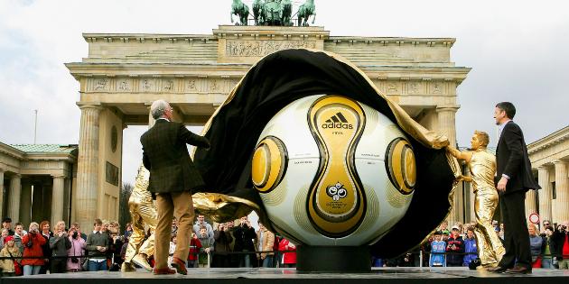 FIFA World Cup 2006, Franz Beckenbauer enthüllt auf einer Outdoorbühne einen XXL Fußball vor dem Brandenburger Tor in Berlin