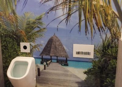 Reisebüro, Herren-WC, Pissoir, Wandgestaltung, buntes Urlaubs Strandmotiv, großflächige Grafik, Eiche Holzboden