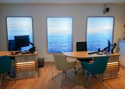 Reisebüro, Beratungstische beleuchtet mit Stühlen, beleuchtete Wand Grafiken in Print Frame Alurahmen, Sideboard abschließbar