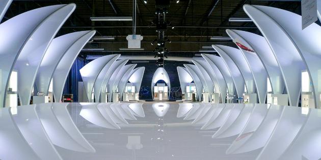 Ausstellung mit weißen Sonderbauten, Messestände mit Themenwelten der BASF