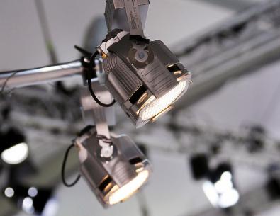 Veranstaltungstechnik und Scheinwerfer hängend an einer Traverse