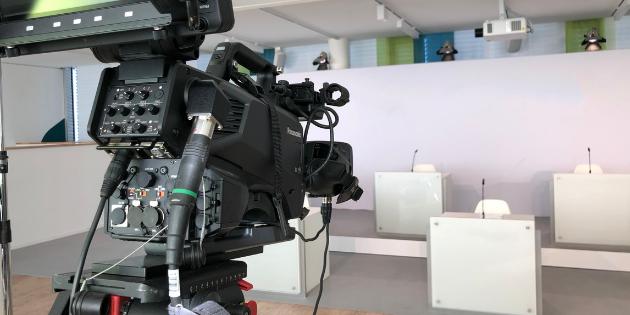 Setbau und Kamera fuer Aufnahme einer virtuellen Hauptversammlung