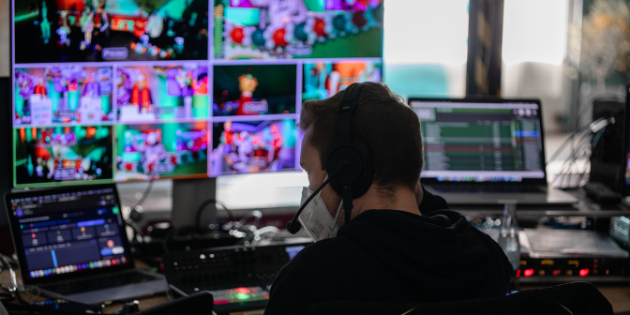 Streaming Setup mit mehreren Monitoren, Filmtechnik und Laptops