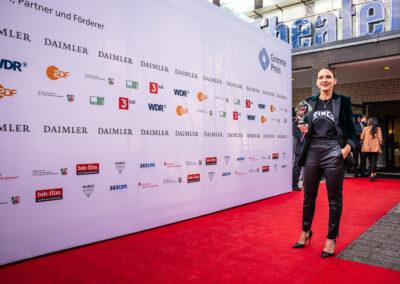 57. Grimme-Preis 2021 Preisträgerin Carolin Kebekus auf rotem Teppich vorm Gebäude Theater Marl