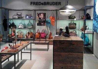 Shop Design FREDsBRUDER mit rustikaler Verkaufstheke und Industrieregalen